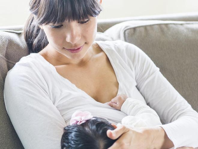 Mẹ nào đang áp dụng lịch trình ăn - chơi - ngủ cho trẻ sơ sinh bú mẹ thì cần suy nghĩ lại ngay - Ảnh 2.