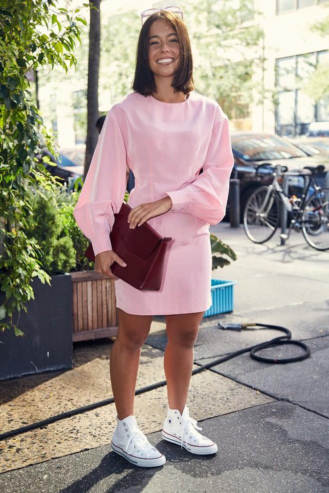 Chẳng cần phải hàng hiệu lồng lộn để dự Tuần lễ thời trang, cô nàng này toàn chọn đồ bình dân mà vẫn nổi bật - Ảnh 19.