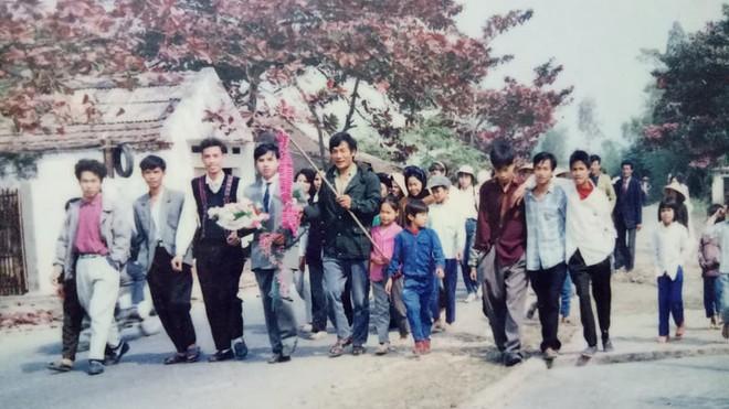 Đám cưới chất chơi thời bố mẹ anh thập niên 90: Pháo nổ râm ran, cả làng chạy theo cô dâu chú rể - Ảnh 3.