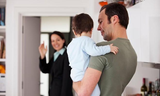 Sợ con khóc, các mẹ luôn lén lút mỗi khi ra khỏi nhà - và đó là việc sai lầm! - Ảnh 2.