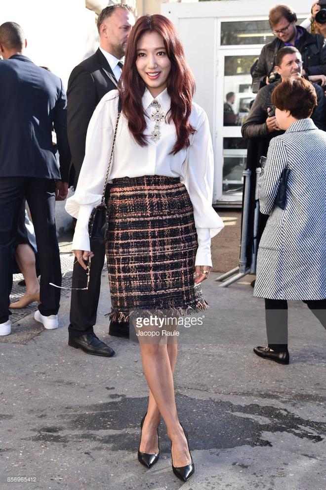 Liu Wen diện đồ chất hơn hẳn Park Shin Hye tại show Chanel Xuân/Hè 2018 - Ảnh 2.