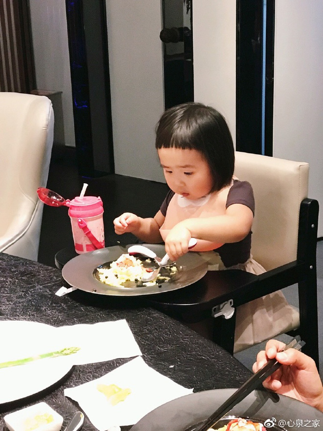 Thánh ăn Tiểu Man lại khoe tốc độ ăn uống bão táp và không chê bất cứ món gì trong clip mới - Ảnh 2.