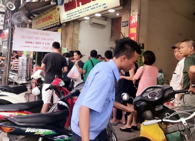 Trước giờ G điểm, bánh Trung thu cổ truyền nổi tiếng nhất Hà Nội đã có hiện tượng cháy hàng - Ảnh 1.