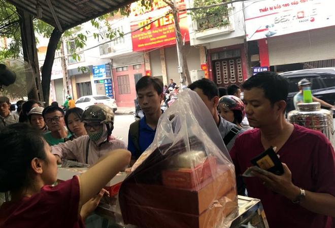 Trước giờ G điểm, bánh Trung thu cổ truyền nổi tiếng nhất Hà Nội đã có hiện tượng cháy hàng - Ảnh 4.