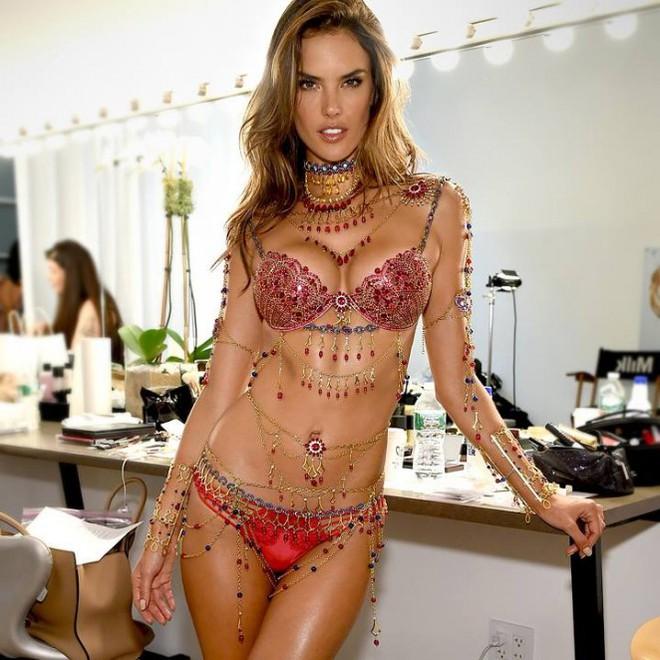 Ai cũng bất ngờ khi Adriana Lima thông báo thời gian nghỉ hưu show Victorias Secret  - Ảnh 3.