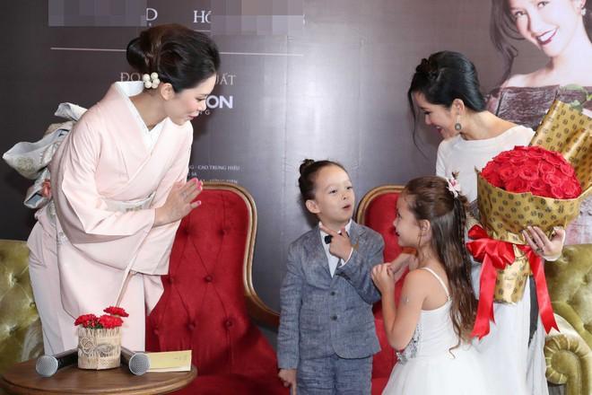 Cặp song sinh lai Tây nhà Hồng Nhung xuất hiện đáng yêu bên mẹ  - Ảnh 3.