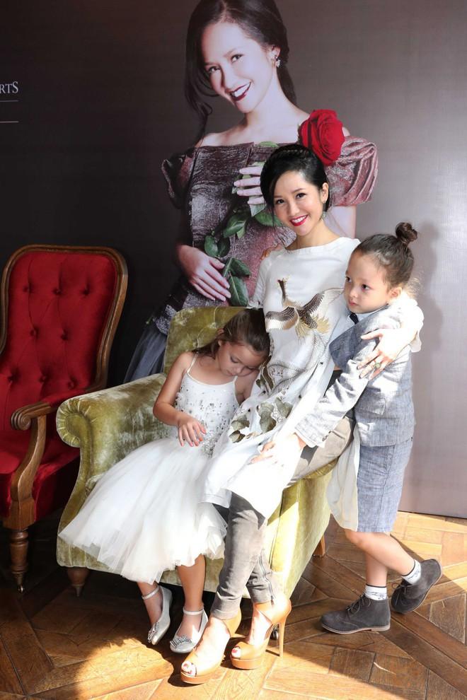 Cặp song sinh lai Tây nhà Hồng Nhung xuất hiện đáng yêu bên mẹ  - Ảnh 1.