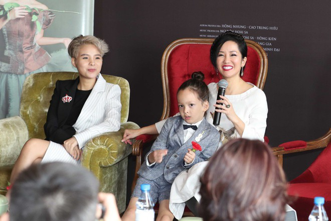 Cặp song sinh lai Tây nhà Hồng Nhung xuất hiện đáng yêu bên mẹ  - Ảnh 5.