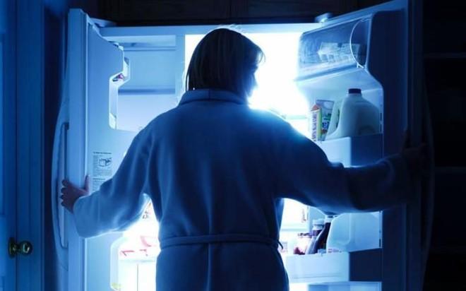 Các nhà khoa học cảnh báo nếu không từ bỏ thói quen ăn đêm bạn sẽ phải đối mặt với những điều này - Ảnh 2.