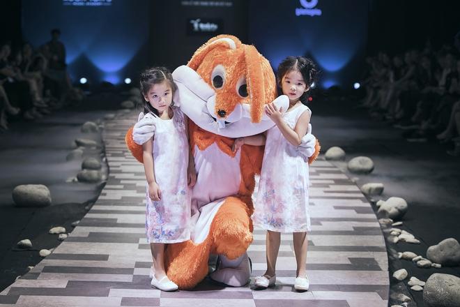 Hoa hậu Hương Giang, Trương Quỳnh Anh nắm tay con sải bước trên sàn catwalk ngày thứ 2 Tuần lễ Thời trang Thiếu nhi - Ảnh 1.