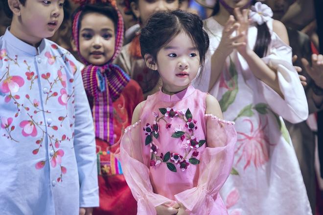 Hoa hậu Hương Giang, Trương Quỳnh Anh nắm tay con sải bước trên sàn catwalk ngày thứ 2 Tuần lễ Thời trang Thiếu nhi - Ảnh 3.