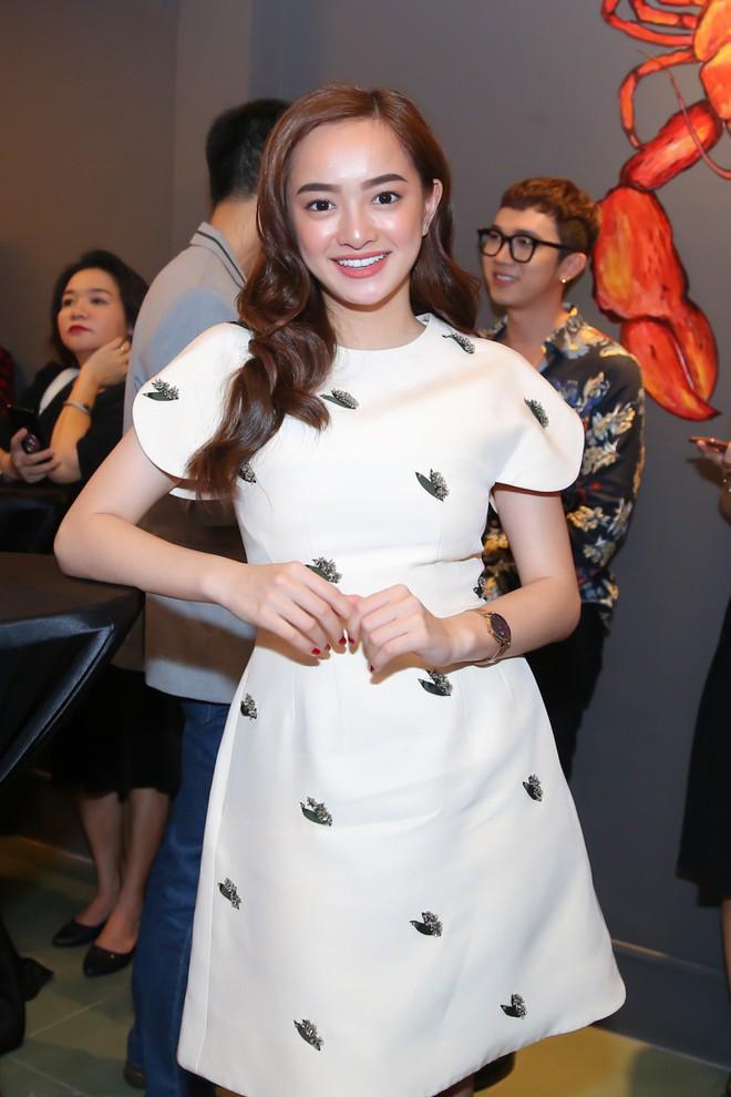 Kaity Nguyễn xinh xắn diện đầm kín như bưng xuất hiện bên bạn trai Will - Ảnh 2.