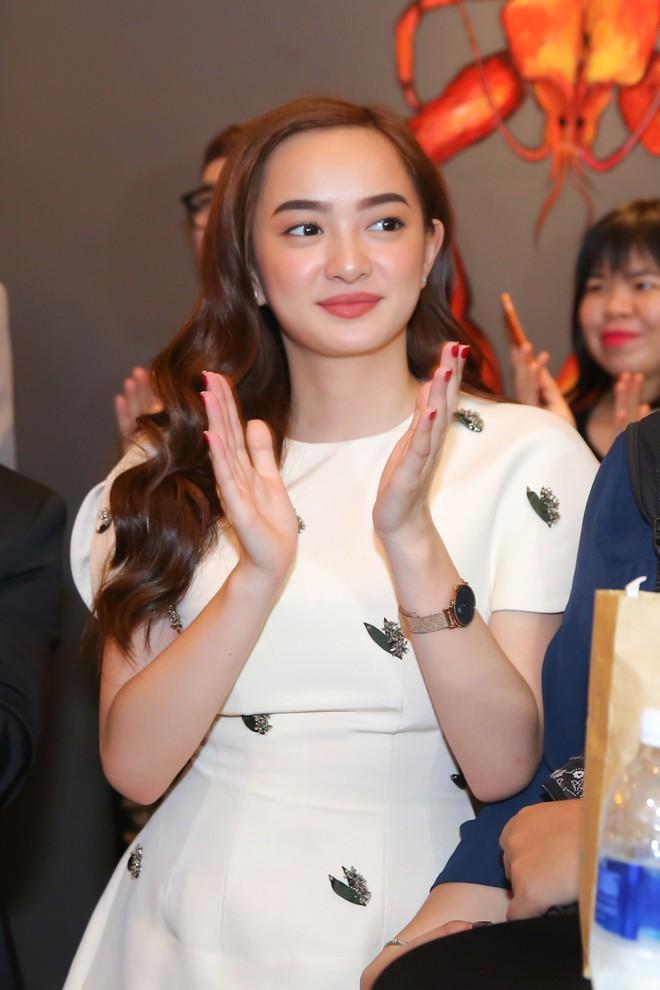 Kaity Nguyễn xinh xắn diện đầm kín như bưng xuất hiện bên bạn trai Will - Ảnh 3.