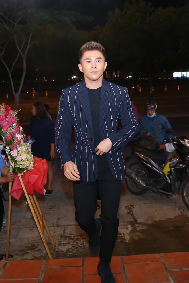 Kaity Nguyễn xinh xắn diện đầm kín như bưng xuất hiện bên bạn trai Will - Ảnh 1.