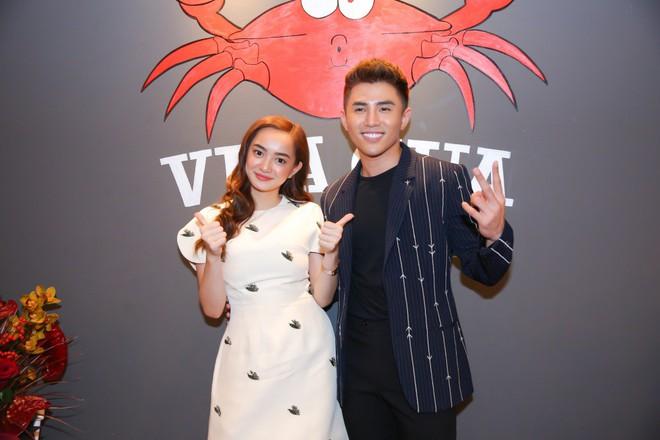 Kaity Nguyễn xinh xắn diện đầm kín như bưng xuất hiện bên bạn trai Will - Ảnh 4.