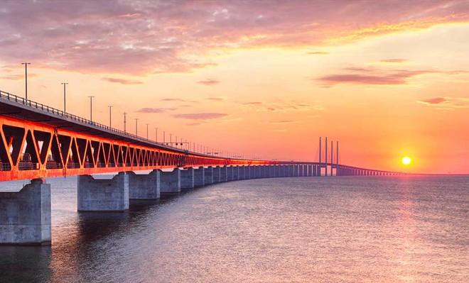 Chiêm ngưỡng những cây cầu độc đáo nhất thế giới - Ảnh 2.