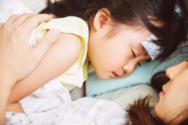 Con đau rát cổ, quấy khóc dữ dội vì bệnh viêm họng khiến mẹ phải ra tay với 21 phương thức chăm sóc mau khỏi - Ảnh 2.