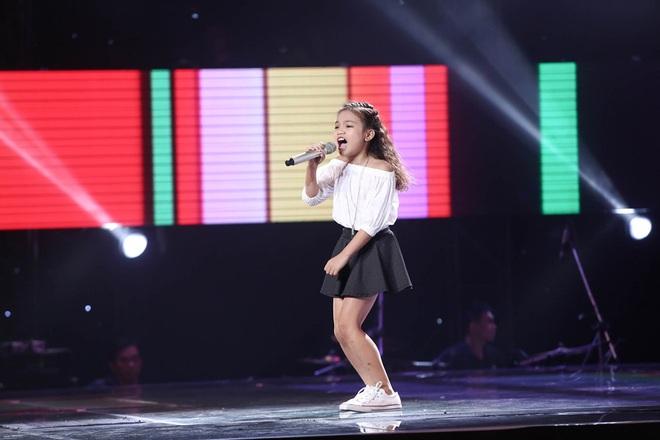 Bé gái biết nói giọng 3 miền, thả thính HLV Giọng hát Việt nhí khiến khán giả phát cuồng - Ảnh 10.