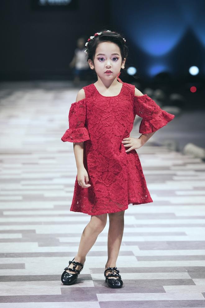 Hoa hậu Hương Giang, Trương Quỳnh Anh nắm tay con sải bước trên sàn catwalk ngày thứ 2 Tuần lễ Thời trang Thiếu nhi - Ảnh 8.