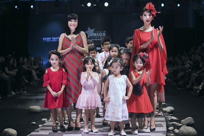 Hoa hậu Hương Giang, Trương Quỳnh Anh nắm tay con sải bước trên sàn catwalk ngày thứ 2 Tuần lễ Thời trang Thiếu nhi - Ảnh 9.
