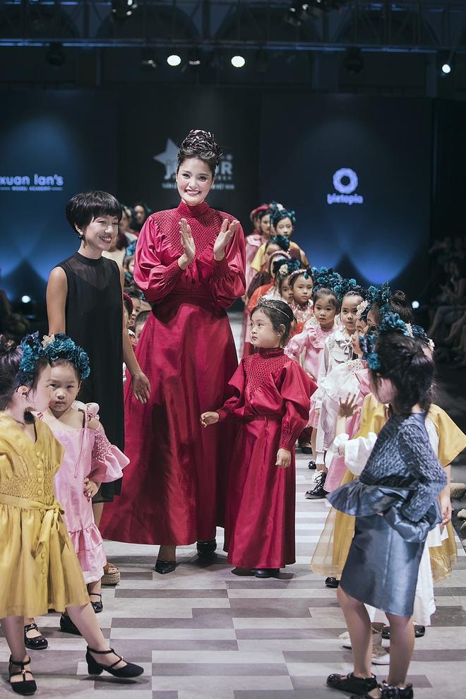 Hoa hậu Hương Giang, Trương Quỳnh Anh nắm tay con sải bước trên sàn catwalk ngày thứ 2 Tuần lễ Thời trang Thiếu nhi - Ảnh 12.
