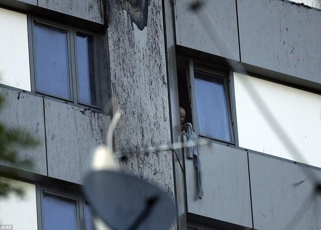 Hình ảnh tòa nhà 27 tầng trơ trụi, đen thui sau khi ngọn lửa được kiểm soát - Ảnh 5.