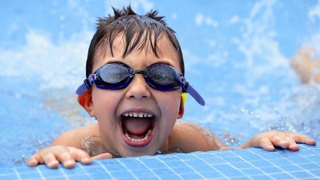 Những lưu ý đặc biệt quan trọng khi đưa con đi bơi trong những ngày nắng nóng - Ảnh 3.