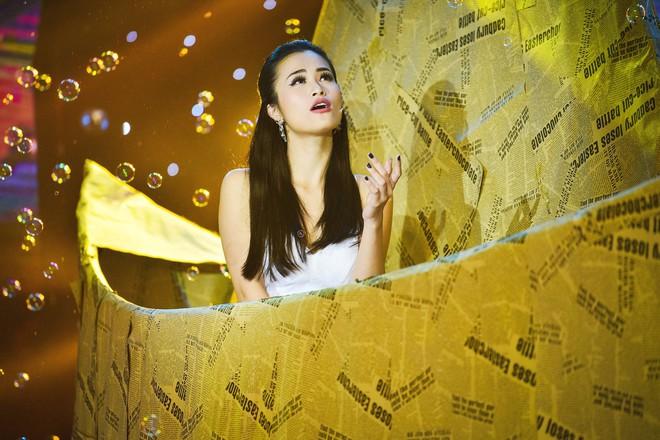 Đông Nhi xinh như công chúa, mờ ảo hát trên chiếc thuyền giấy khổng lồ - Ảnh 2.