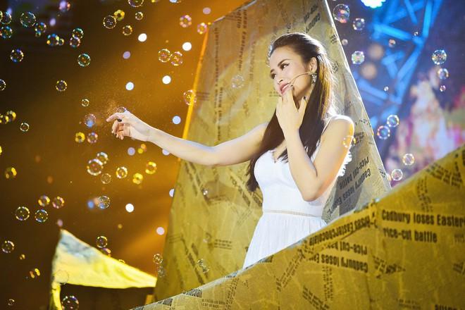 Đông Nhi xinh như công chúa, mờ ảo hát trên chiếc thuyền giấy khổng lồ - Ảnh 3.