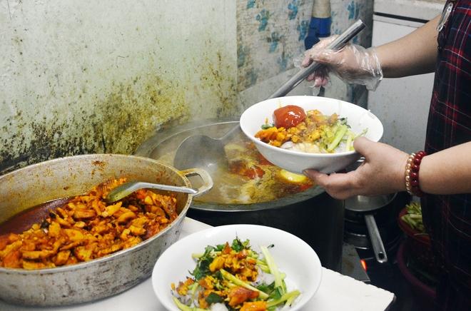 8 món ăn thần thánh giúp bạn chống chọi với thời tiết rán trứng giữa đường của Hà Nội - Ảnh 1.