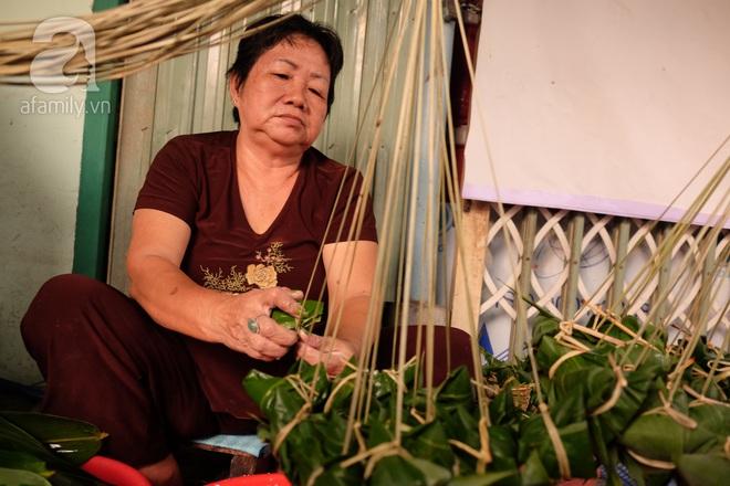 Xóm làm bánh ú tro nức tiếng Sài Gòn gói cả ngày, nấu cả đêm dịp Tết Đoan Ngọ - Ảnh 3.
