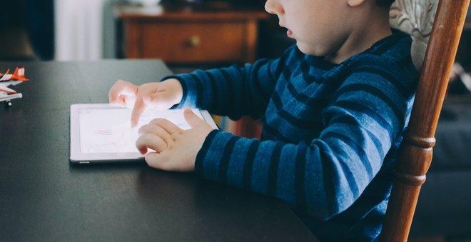 Cảnh báo: Trẻ có thể gặp các vấn đề nghiêm trọng sau khi học theo các clip trên youtube - Ảnh 1.