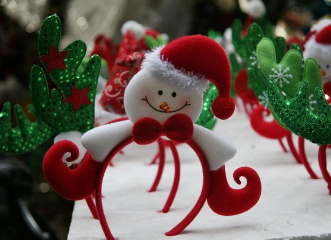 Thị trường đồ trang trí Noel: Xuất hiện nhiều món khủng với giá tiền triệu vẫn hút khách - Ảnh 10.