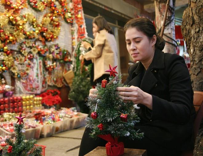 Thị trường đồ trang trí Noel: Xuất hiện nhiều món khủng với giá tiền triệu vẫn hút khách - Ảnh 4.