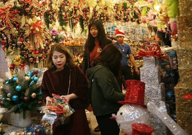 Thị trường đồ trang trí Noel: Xuất hiện nhiều món khủng với giá tiền triệu vẫn hút khách - Ảnh 11.