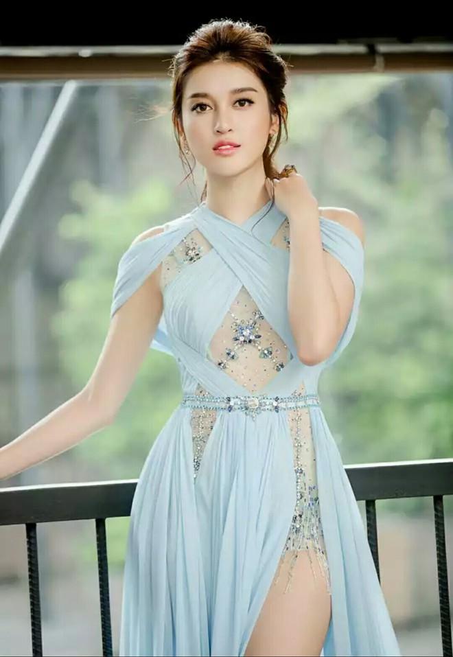 Cùng diện thiết kế váy khoét sâu xẻ cao này, nhưng không một ai duyên dáng được như Huyền My - Ảnh 4.