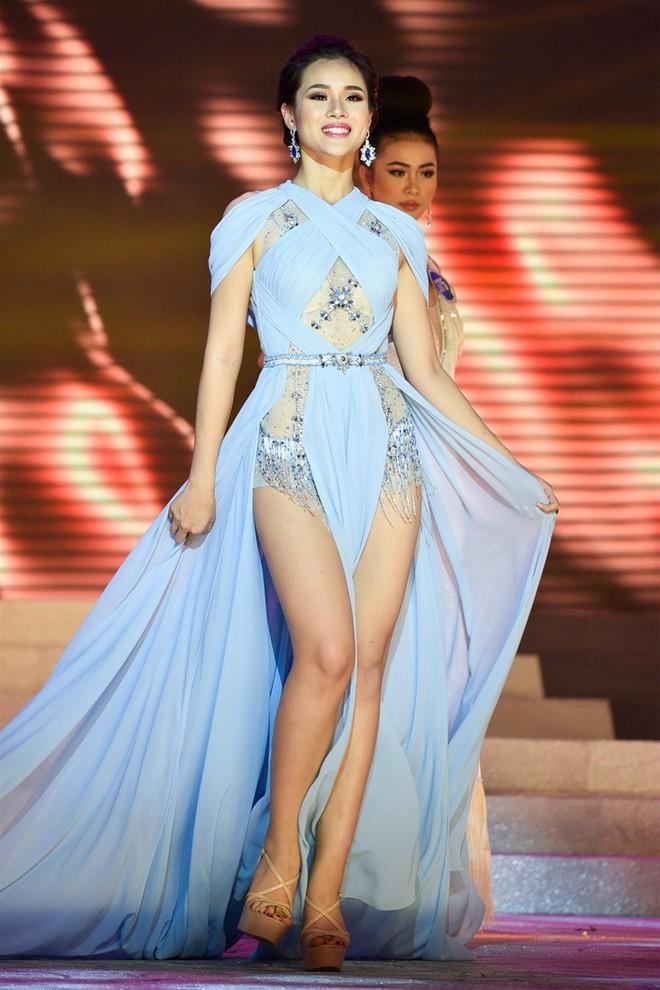 Cùng diện thiết kế váy khoét sâu xẻ cao này, nhưng không một ai duyên dáng được như Huyền My - Ảnh 7.