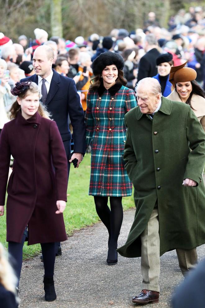 Cùng xuất hiện tại sự kiện, áo khoác mà Kate Middleton và tân Công nương mặc lại nhanh chóng được người ta tìm mua đến cháy hàng - Ảnh 2.
