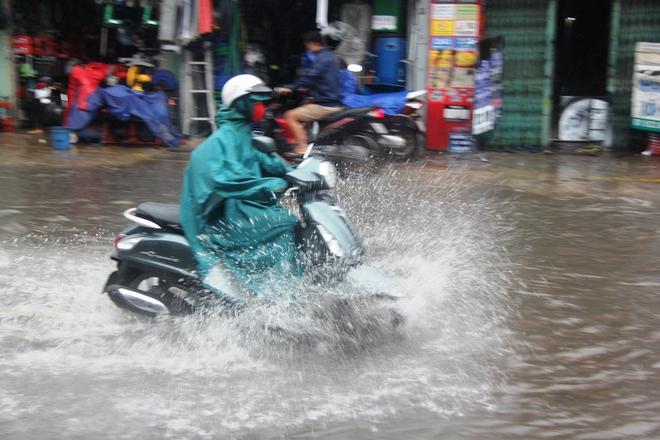 Mưa lớn, dông lốc khiến nhiều tuyến đường Sài Gòn ngập nặng - Ảnh 6.