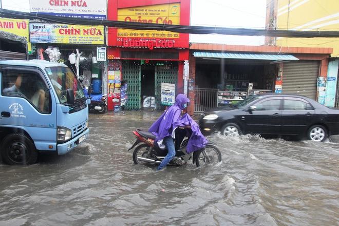 Mưa lớn, dông lốc khiến nhiều tuyến đường Sài Gòn ngập nặng - Ảnh 8.