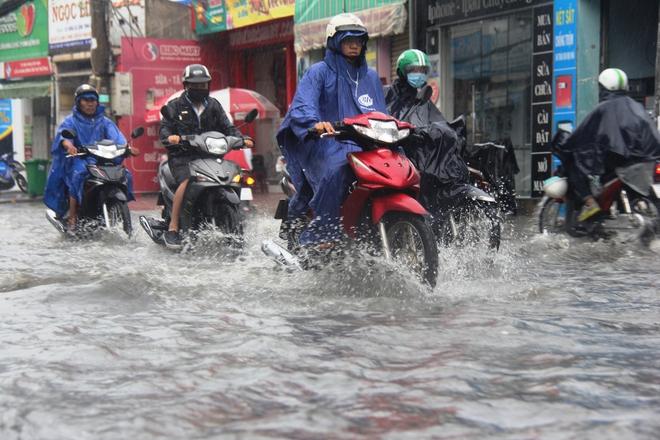 Mưa lớn, dông lốc khiến nhiều tuyến đường Sài Gòn ngập nặng - Ảnh 9.
