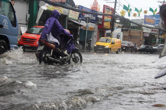 Mưa lớn, dông lốc khiến nhiều tuyến đường Sài Gòn ngập nặng - Ảnh 1.