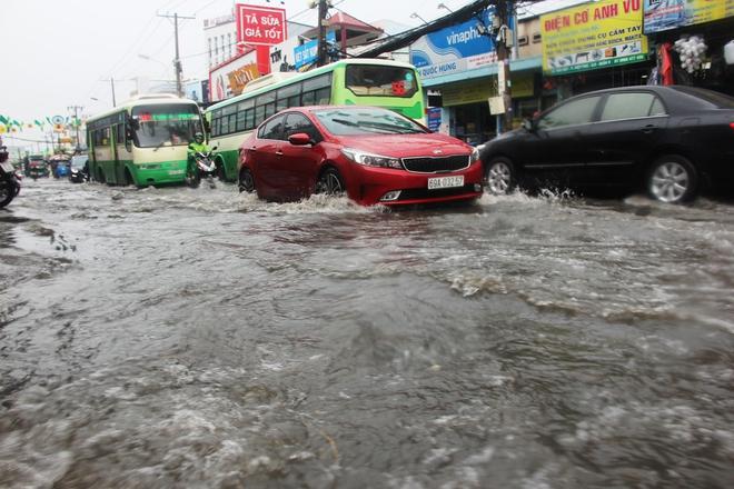 Mưa lớn, dông lốc khiến nhiều tuyến đường Sài Gòn ngập nặng - Ảnh 2.