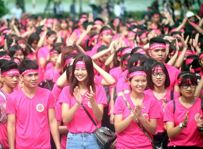 Hà Nội: 5000 tình nguyện viên xuống đường nhuộm hồng Hồ Gươm chống bạo lực phụ nữ và trẻ em gái - Ảnh 2.