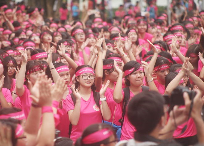 Hà Nội: 5000 tình nguyện viên xuống đường nhuộm hồng Hồ Gươm chống bạo lực phụ nữ và trẻ em gái - Ảnh 3.
