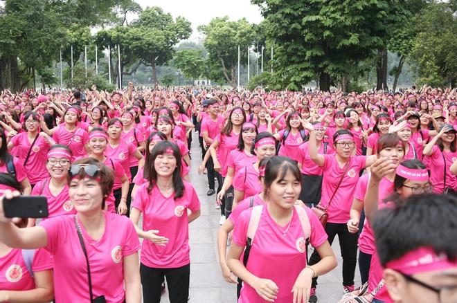 Hà Nội: 5000 tình nguyện viên xuống đường nhuộm hồng Hồ Gươm chống bạo lực phụ nữ và trẻ em gái - Ảnh 6.
