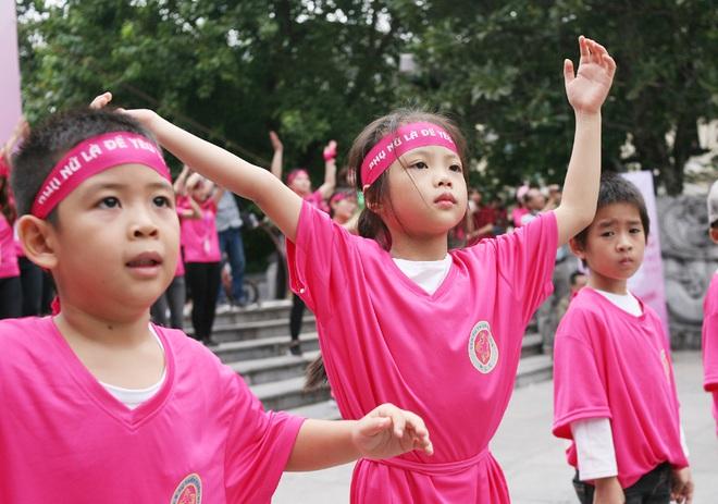 Hà Nội: 5000 tình nguyện viên xuống đường nhuộm hồng Hồ Gươm chống bạo lực phụ nữ và trẻ em gái - Ảnh 7.