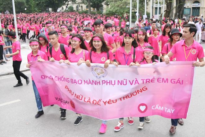 Hà Nội: 5000 tình nguyện viên xuống đường nhuộm hồng Hồ Gươm chống bạo lực phụ nữ và trẻ em gái - Ảnh 9.