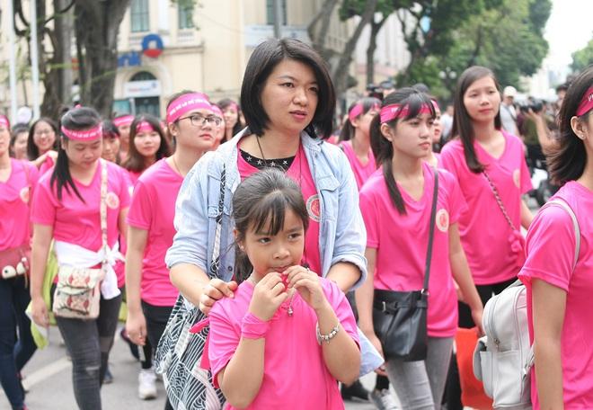 Hà Nội: 5000 tình nguyện viên xuống đường nhuộm hồng Hồ Gươm chống bạo lực phụ nữ và trẻ em gái - Ảnh 11.