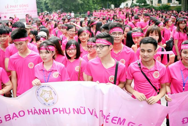 Hà Nội: 5000 tình nguyện viên xuống đường nhuộm hồng Hồ Gươm chống bạo lực phụ nữ và trẻ em gái - Ảnh 14.